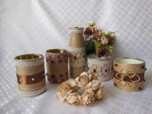 Декорируем цветочный вазон бичевкой и камнями